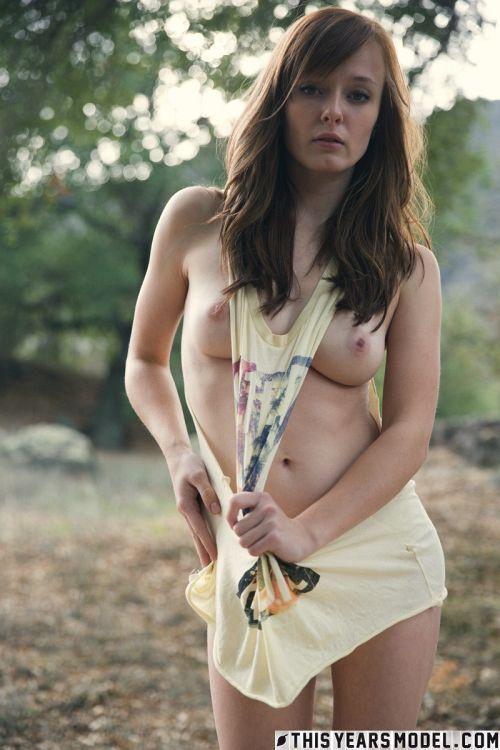 美巨乳・美尻の超美少女さん、暑かったのか、外だというのにパンツ脱ぎ出し美マン晒してしまうwwww # 外人エロ画像