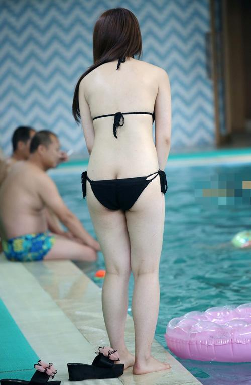 プールで戯れる水着女子を追跡★エロ画像49枚