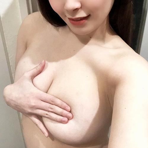 手ブラでおっぱいを隠した手をよけてお姉さんの乳首や乳輪を見せて欲しい