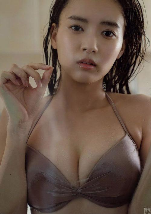 新人女優、新條由芽 透明感のある水着グラビア