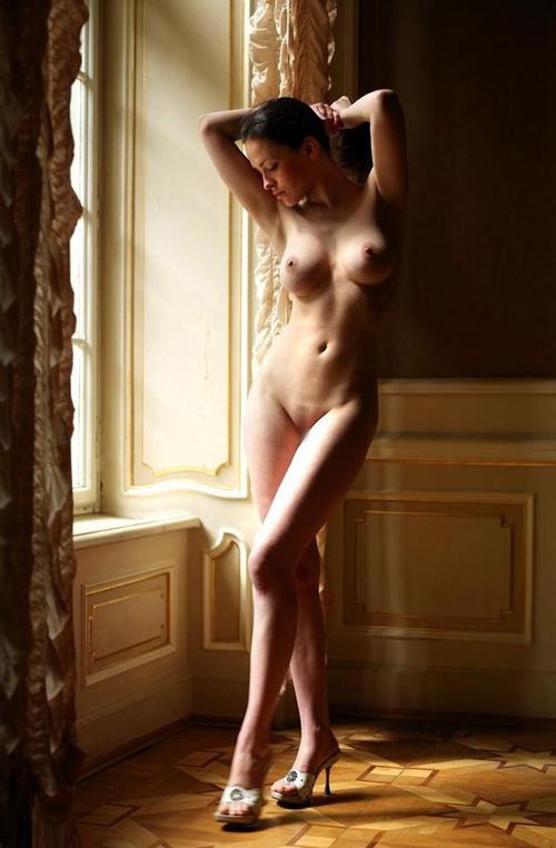 異国の静かな洋館で魅せる美巨乳セクシーな女体シルエットグラビア16枚!