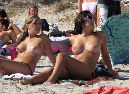 ヌーディストビーチで見つけた生唾ごっくんの巨乳の外国人美女 画像24枚