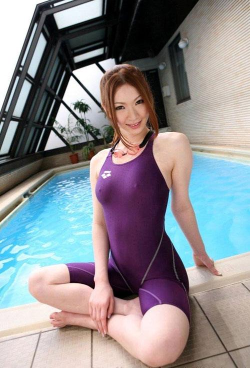 競泳水着に押し込まれた女子のおっぱい超興奮27