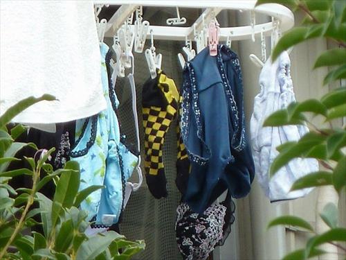 可愛いコンビニ店員の家を特定し、干してある洗濯下着に手をかけて…エロ体験談