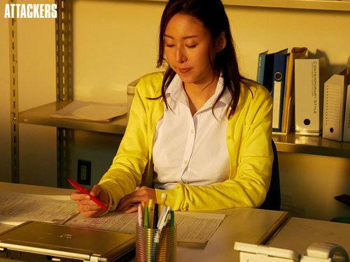 かつて文学少女だった国語教師が、いつしか情事に溺れて…。 松下紗栄子4