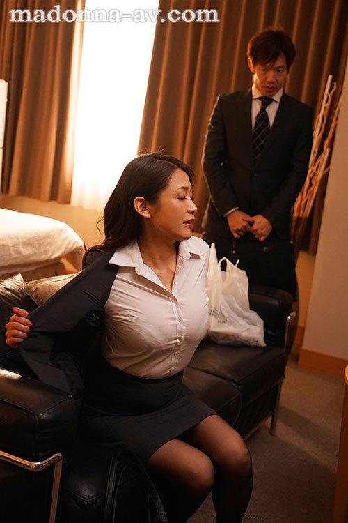 出張先のビジネスホテルでずっと憧れていた女上司とまさかまさかの相部屋宿泊 友田真希1