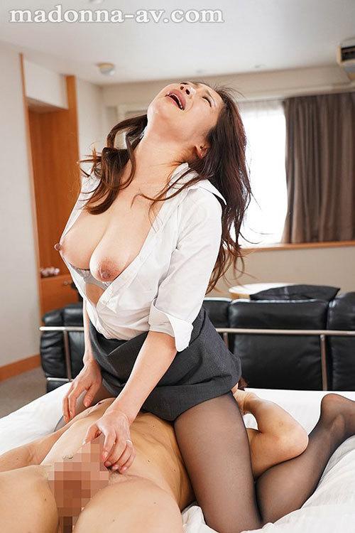 出張先のビジネスホテルでずっと憧れていた女上司とまさかまさかの相部屋宿泊 友田真希8