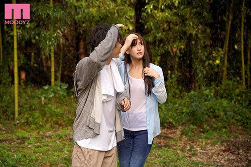 突然のゲリラ豪雨 グラドルと遭難小屋で朝まで二人きり… 高橋しょう子1
