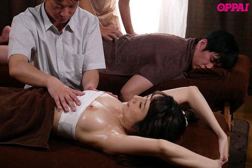 カップル育乳エステNTR Jカップを揉まれて感じる彼女の姿を横目で見ながら女性エステティシャンにチ○ポをしごかれる寝取られ状況 JULIA10