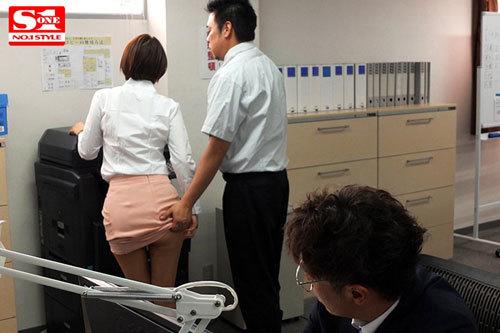 ボクを助けてくれた人事部の葵さんが犯されているのを見て鬱勃起。 葵つかさ9