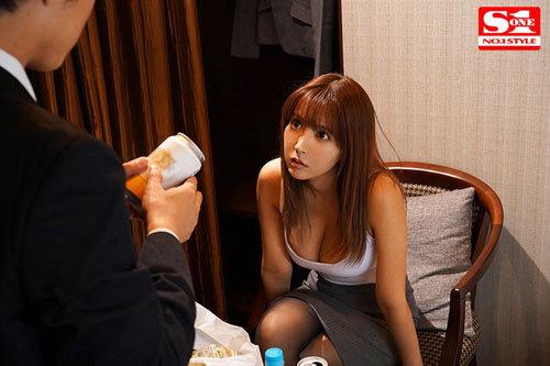 巨乳上司と童貞部下が出張先の相部屋ホテルで…いたずら誘惑を真に受けた部下が10発射精の絶倫性交 三上悠亜9