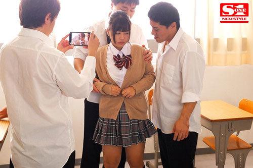 ボクを助けてくれた生徒会長の夕美さんが犯●れているのを見て鬱勃起。 夕美しおん1