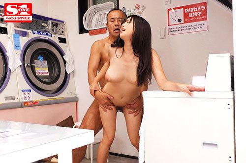洗濯している45分間、コインランドリーで全裸女子大生と浮気しているのを妻は知らない 羽咲みはる8