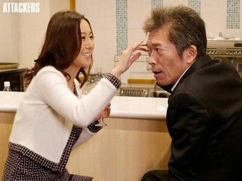 同窓会で再会した教え子が、人妻になって色気が増していたので朝まで夢中でヤリまくった。 松下紗栄子1