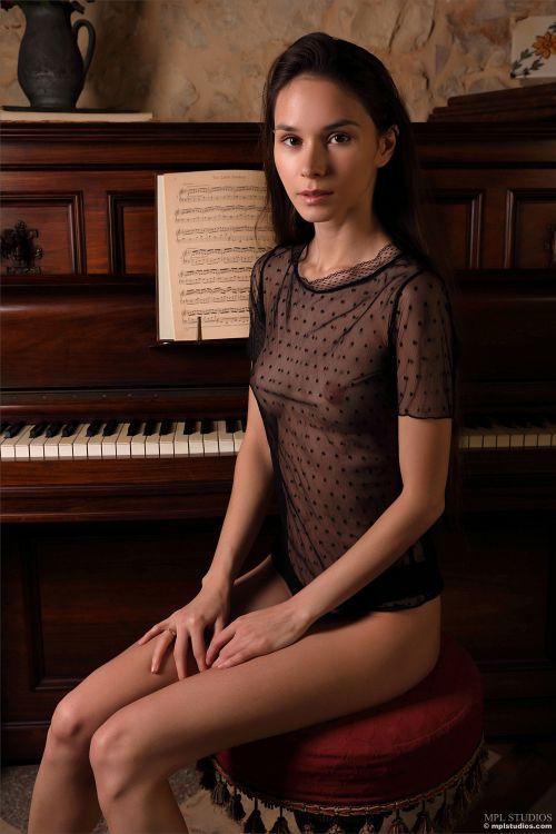 Leona Mia - GOTH ROMANTIC 01