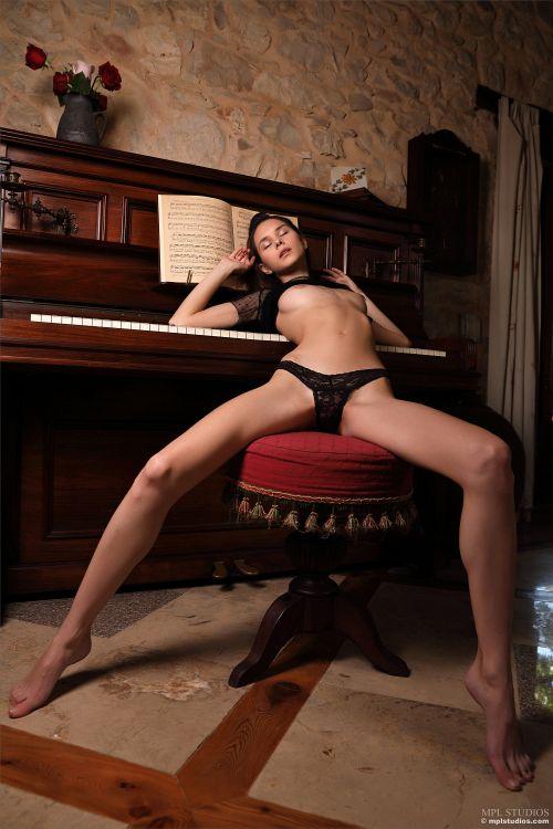 Leona Mia - GOTH ROMANTIC 13