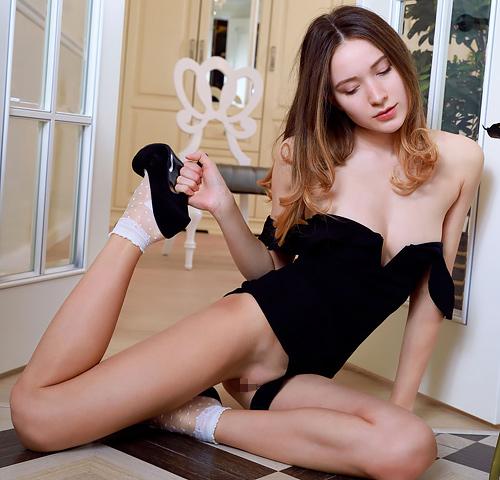 女優顔負けの美貌、美乳で美尻で美脚。頭のてっぺんから足のつま先まで、非の打ち所のないロシアン美女のハダカww # 外人エロ画像