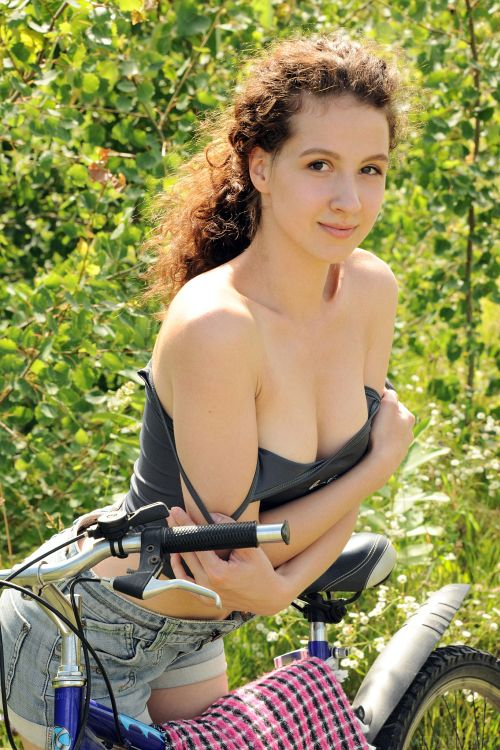 Melissa Maz - BIKING IN NATURE 02