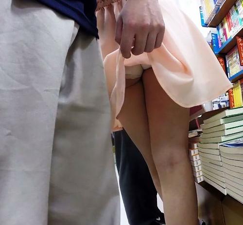 至近距離で女子のスカートめくりする男がコチラ・・・意外と気が付かないモノなんだな・・・