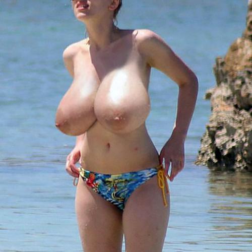 【ヌード画像】ヌーディストビーチにもの凄いデカパイ美女が現れたぞ~~~~