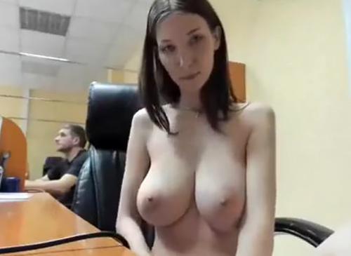 【特定】巨乳美女のヌード配信、職場でばれて同僚全員に全裸オナニーを鑑賞されてしまう・・・