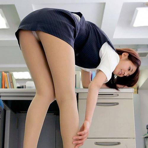 艶めかしい美人女子社員のパンツがヌケる!!