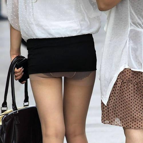 スカートがめくれ上がってパンツモロ出してる女子wwwww