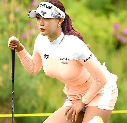 おっぱいが爆発してる女子ゴルファーが発見されるwwwwwwwwwwwww