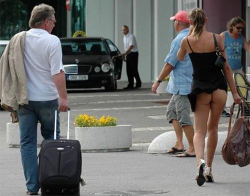 前を歩いているまんさん、ノーパンでお出かけしてしまう・・・