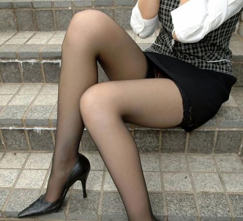 綺麗なOLが20デニールの黒パンスト美脚誘惑エロ画像