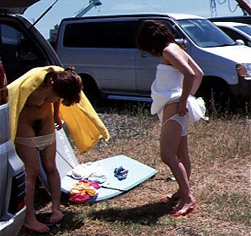 【野外着替え盗撮エロ画像100枚】脱衣所や部屋以外で服を脱ぐ女を隠し撮り