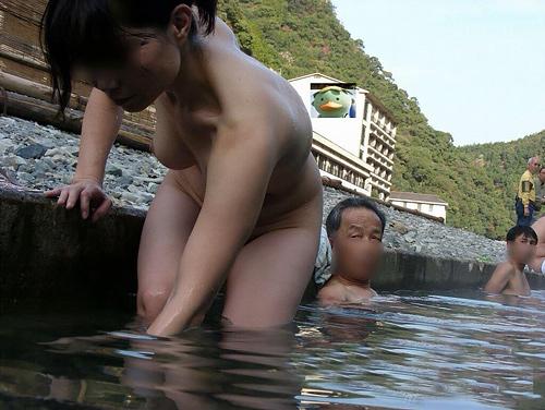 【画像】混浴まんさんエッチすぎww