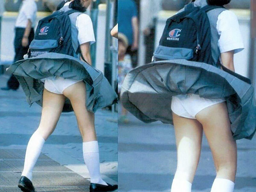 制服のスカートが風で捲れ上がり、純白パンツが丸見えになったJKたちを街撮り