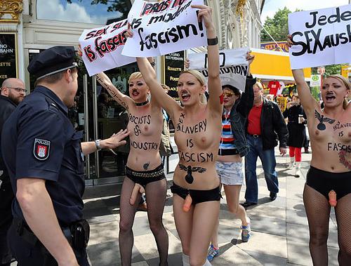 【おっぱい】トップレスで抗議デモを行う海外の女性露出団体のエロ画像(37枚)