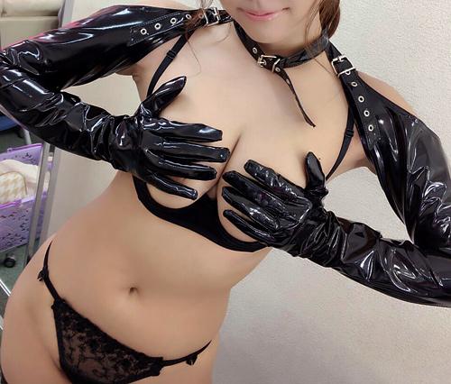 手ブラで大事な乳首や乳輪を上手に隠してるおっぱいをもっと見せて欲しい