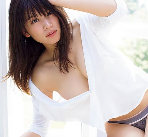 人気モデル久松郁実、3年ぶりの写真集先行カットでノーブラおっぱいが覗き見えそうww
