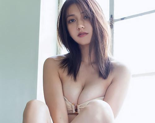 佐藤あいり(22)のスレンダー巨乳の水着グラビア画像55枚