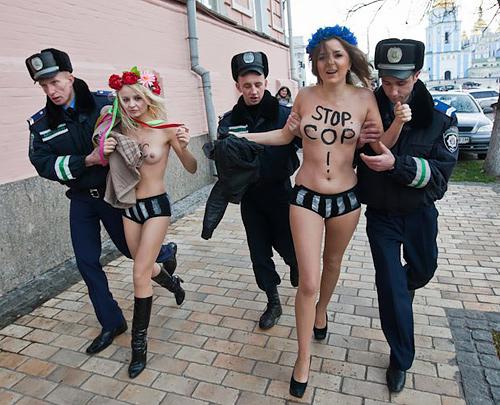 デモでおっぱい晒して警察に取り押さえられる海外美女のエロ画像集(34枚)