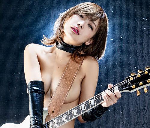 一番脱げるメジャー歌手グラドル藤田恵名、売り場が困る上裸オッパイ露出新作ジャケットがコチラw