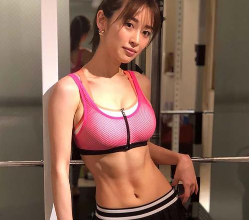 爆乳すぎるモデル泉里香、トレーニング追い込んだバキバキ腹筋がエロ美しいw