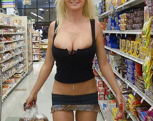 【海外】スーパーで挑発してくるエロ美女が多すぎて買い物に集中できんわ!!!(画像35枚)