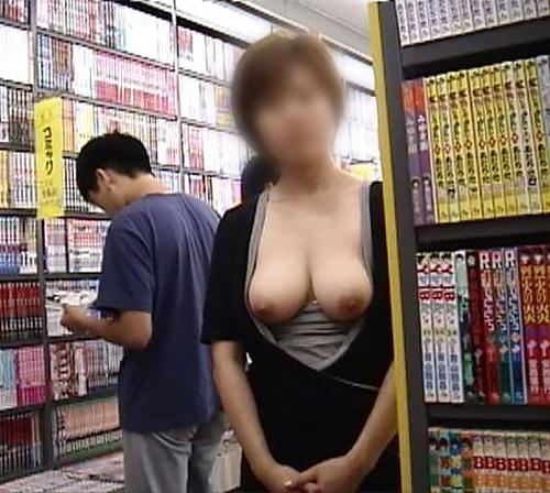 性癖ヤバいお姉さんwwwwガチ本屋で露出する変態エロ画像