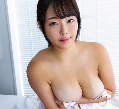 バスト100cmの爆弾級新人グラドル秋山かほ、デビュー作で乳が入りきらずおっぱいハミ出しまくるww