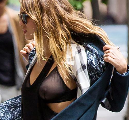 【シースルーエロ画像】乳首まる見えでも気にしない…海外のファッションセンスがエロすぎる!シースルーで街中を闊歩する外国人www