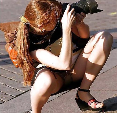 【海外パンチラエロ画像】外国人はパンティーが見えても全然気にしない様子…クロッチ部分をガン見www
