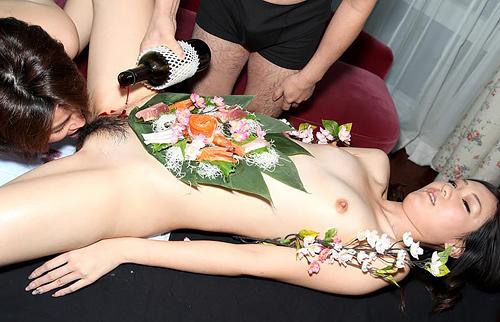 女体盛りエロ画像 ピンクコンパニオンと楽しむグルメなお座敷遊び!28枚