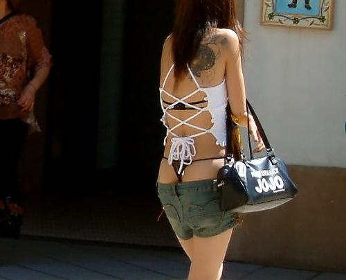 【夏服ギャル街撮り画像】大胆過激ななファッションに思わずチンピク!夏服になったギャルって無自覚にエロいなぁwww