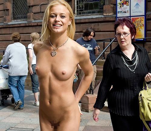 【海外露出エロ画像】さすがにドン引き…海外の露出狂は桁違い!一般の通行人が大勢いる場所で裸になる野外露出画像(画像15枚)