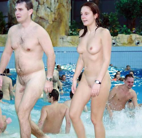 【トップレスエロ画像】ついに解禁!!市民プールでトップレス!女性がおっぱいまる出しな海外のヌーディストプール画像