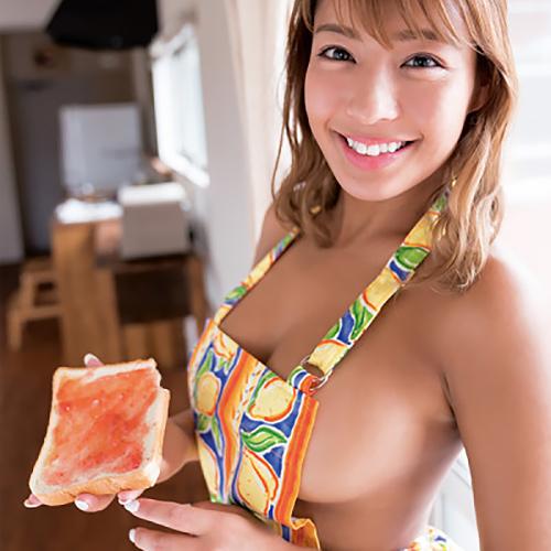 日本一黒い巨乳グラドル橋本梨菜、エッチ過ぎる裸エプロン披露し横からおっぱいハミ出まくるww